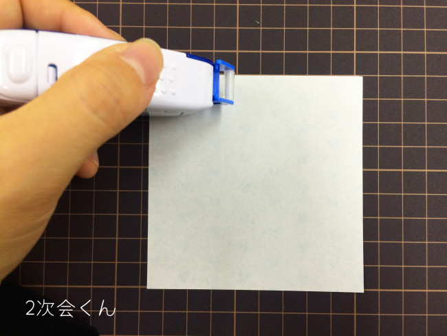 折り紙にのりを貼る