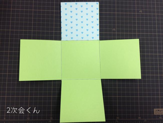 折り紙台紙に1枚貼り終わる