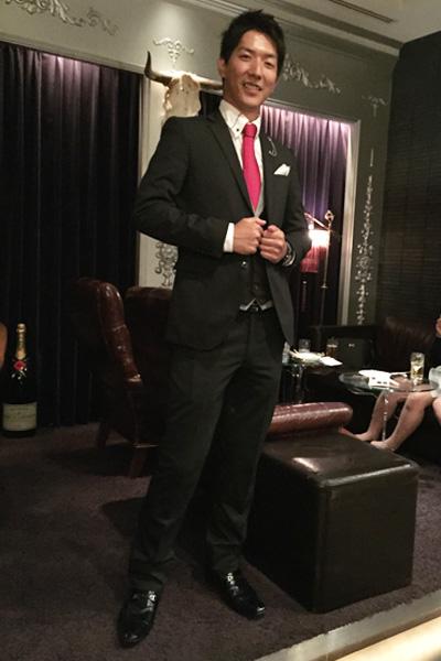 赤いネクタイが印象的なスーツコーディネート