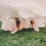 カジュアルな結婚式二次会にぴったり♡ウェディングドレスとスニーカーのコーディネート