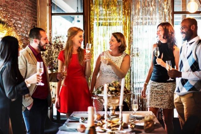 立食パーティでの会話が盛り上がるコツやポイント