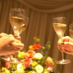 結婚式二次会の乾杯は誰に頼む?